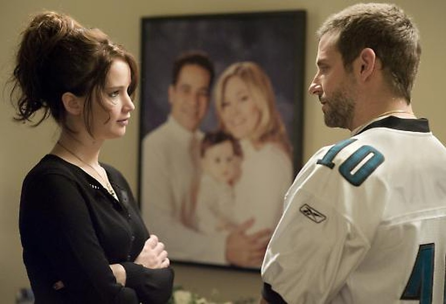 Tiffany (Jennifer Lawrence) and Pat (Bradley Cooper) express their mutual affection with insolent looks.