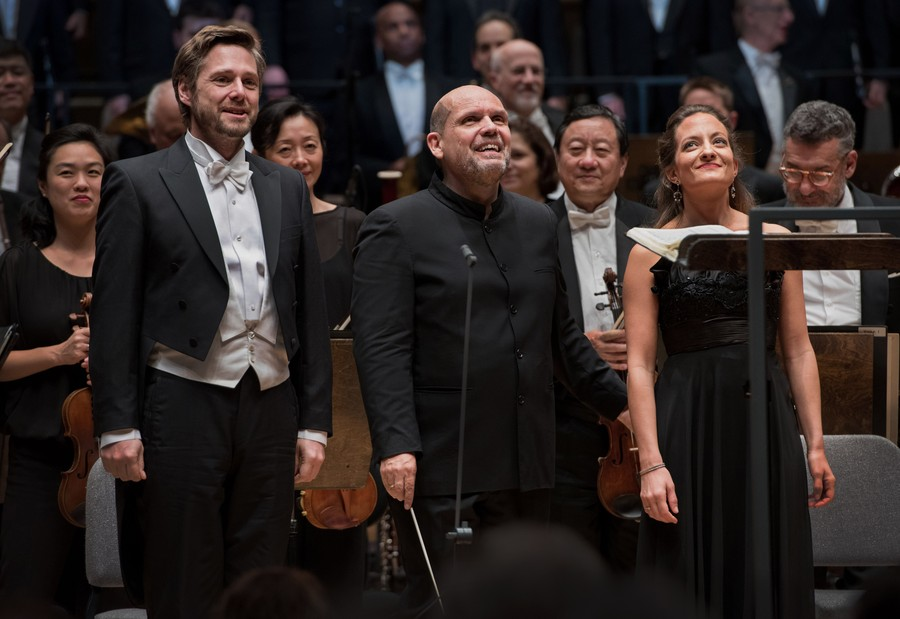 Soloist Michael Nagy, conductor Jaap van Zweden, soprano soloist Christiane Karg in front of the Chicago Symphony Orchestra.
