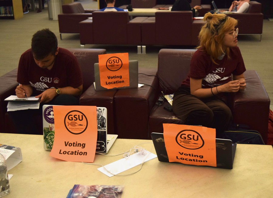 A Graduate Students United polling location in the Regenstein Library, where graduate students helped members cast their vote on whether or not to strike.