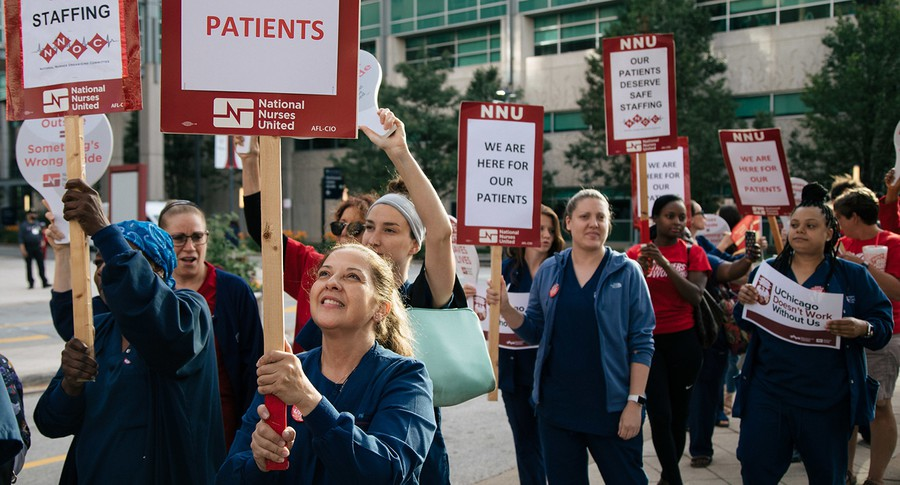 Nurses at University of Chicago Medical Center picket.