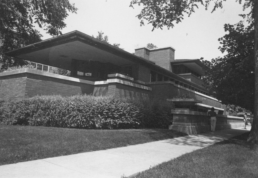 Visitors admire the Robie House, located at 5757 South Woodlawn Ave., in this photo from the Maroon archives circa 1970.
