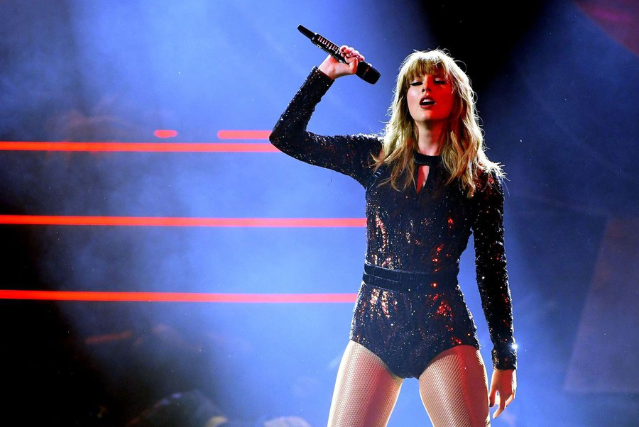Swift performs at the 2018 American Music awards.